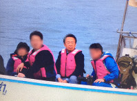 Prominent reporter Akira Ikegami, center, is seen in this photo while reporting off the coast of Henoko in the Okinawa Prefecture city of Nago, on Jan. 6, 2016. (Image partially modified)