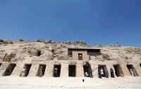 エジプトのルクソールで18日、ナイル川西岸から出土した3500年前の墓が公開された。新王国時代の最初となる第18王朝の時期に当たる。(2019年 ロイター/Mohamed Abd El Ghany)