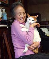 栗原環さんと保護猫で23歳まで生きた磨呂ちゃん=2017年7月撮影