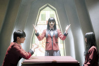第4話の一場面。左から豆生田楓(中川大志)、生徒会の副会長(俳優は非公開)、蛇喰夢子(浜辺美波)