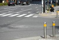 歩行者らがはねられた現場近くの交差点で、手を合わせる人=東京都豊島区で2019年4月20日午前8時40分、渡部直樹撮影