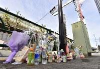 歩行者らがはねられた現場付近に供えられた花束や飲み物=東京都豊島区で2019年4月20日午前8時40分、渡部直樹撮影