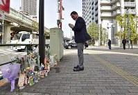 歩行者らがはねられた現場で手を合わせる男性=東京都豊島区で2019年4月20日午前8時36分、渡部直樹撮影