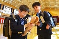 入学式後、友達に筋電義手を見せる佐藤亮介くん(右)=埼玉県で2019年4月9日、宮武祐希撮影