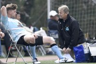 試合中、チームメ-トの怪我を手当てするヘンウッドさん(右)=千葉県松戸市で2019年3月31日、藤井達也撮影