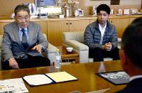 パラグアイ五輪選手団の福山合宿を「日本人会としてもうれしい」と話す前原弘道さん(左)=広島県福山市役所で、李英浩撮影