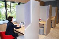 三菱UFJ銀行が新型店舗に設けたネットバンキングコーナー。未体験者には行員が操作方法を教える=大阪市中央区の心斎橋支店で、宇都宮裕一撮影