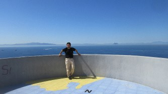 アフリカ大陸側から欧州を見たジブラルタル海峡。対岸にジブラルタルの岩山が遠望できる(写真は筆者撮影)