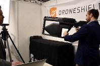 空港に近づく違法なドローンに特殊な電波をあてて飛行できなくさせてしまう「ドローン・ガン」=ロンドン市内で3月27日、三沢耕平撮影