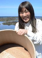 祖母が使った磯おけを手にする石森実和さん=福井県坂井市三国町安島で、大森治幸撮影