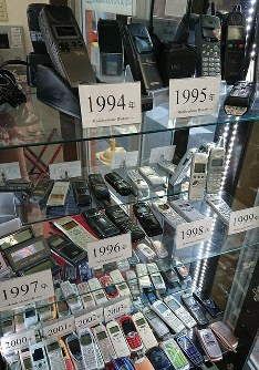 CAP: Cellphones throughout the ages are on display at the Kanda branch of Keitai Ichiba. Phones include those compatible with the now defunct 2G, and the PHS (Personal Handyphone) system. (Mainichi/Saori Kawabata)