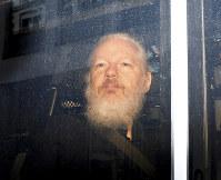 逮捕後、英警察の車で移送されるアサンジ容疑者=11日、ロイター