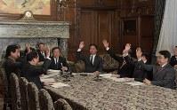 衆院情報監視審査会で2018年の年次報告書を全会一致で決定する委員たち=国会内で3月26日、川田雅浩撮影