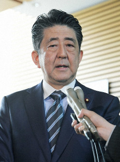 Prime Minister Shinzo Abe speaks to reporters at his office on April 22, 2019, about the terrorist bombings in Sri Lanka. (Mainichi/Masahiro Kawata)