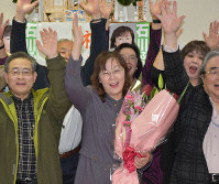 Fumiyo Ishikawa, holding a bouquet of flowers, rejoices with her supporters at news of her first-time victory in the Kisarazu Municipal Assembly election, in Kisarazu, Chiba Prefecture. (Mainichi)