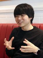 アプリ「polipoli」について説明する伊藤さん=東京都港区のカフェで