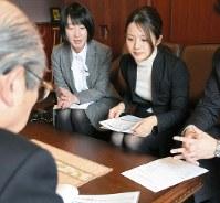 訪問先の顧客に資料を示して説明する儘田あかね(右)=東京都内で2019年3月、竹地広憲撮影