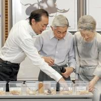 天皇、皇后両陛下に研究内容について説明する五箇研究室長(左)=国立環境研究所提供