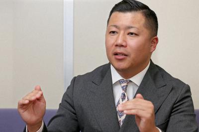 インタビューに答える東松寛文さん=毎日新聞東京本社で2019年2月18日、山下浩一撮影