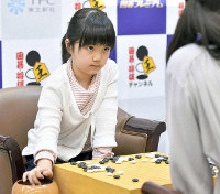 Ten-year-old Go prodigy Sumire Nakamura makes her professional debut against Ran Omori at the Kansai Office of Nihon Ki-in in Osaka's Kita Ward on April 22, 2019. (Mainichi/Yusuke Komatsu)