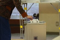 A voter casts a ballot in this file photo. (Mainichi/Yoshihiro Tanaka)
