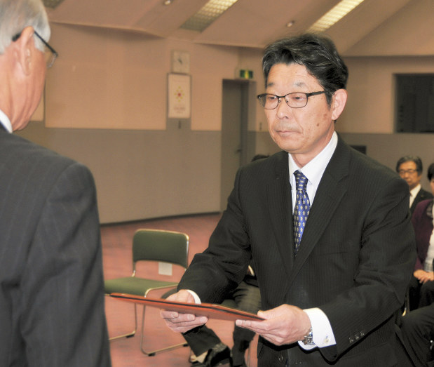 選挙:茅野市長選 今井氏に当選証書 「責任の重さ感じる」 /長野 ...