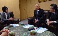 事業承継を振り返る三和電気工業会長の石井卓爾(中央)やりそな銀行の北元幸子(左)ら=東京都千代田区で3月、竹下理子撮影