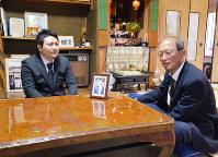 下浦邦弘さん(右)に教員の道を選んだことを報告する前中夕紀さん=神戸市北区で2019年4月14日、加古信志撮影