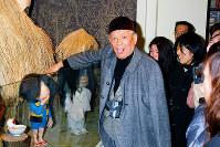 「あっかんべ-」。鬼太郎の人形に触っておどける水木しげるさん(中央)=鳥取県境港市の水木しげる記念館で平成15(2003)年3月7日、佐々木洋撮影