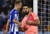 Barcelona forward Luis Suarez celebrates scoring his side's 2nd goal, during a Spanish La Liga soccer match between Deportivo Alaves and FC Barcelona at the Medizorrosa stadium in Vitoria, Spain, on April 23, 2019. (AP Photo/Alvaro Barrientos)