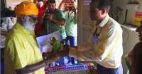 世界最大の民主選挙とされるインド下院総選挙で、遠隔地の寺院を守る僧侶(左)が投票できるよう、選挙当局者がライオンの生息するジャングルに分け入って臨時投票所を設置した。画像はビデオから(2019年 ロイター)