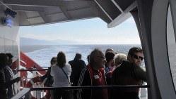 タリファからタンジェ旧港へ渡る高速フェリー。大勢の客が席に座らずに海風に当たっていた(写真は筆者撮影)