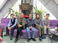 「千人計画」で中国に招致された梶野敏貴・国立天文台特任教授(左から2番目)。北京航空航天大の特別教授を務め、日本からも学生を派遣している=梶野教授提供