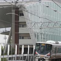 アーチ状の屋根で覆われた脱線事故現場の建物=兵庫県尼崎市で2019年4月25日午前7時18分、小出洋平撮影