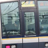 脱線事故現場を通過する電車内で頭を下げる車掌=兵庫県尼崎市で2019年4月25日午前7時49分、小出洋平撮影