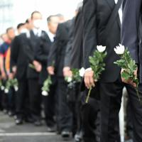 事故現場付近に設けられた献花台を訪れる人たち=兵庫県尼崎市で2019年4月25日午前9時33分、小出洋平撮影