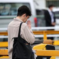 脱線事故の現場近くで手を合わせる男性=兵庫県尼崎市で2019年4月25日午前9時17分、幾島健太郎撮影
