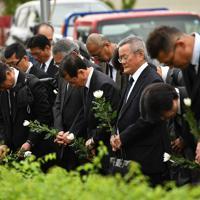 事故発生時刻に黙とうする人たち=兵庫県尼崎市で2019年4月25日午前9時18分、猪飼健史撮影