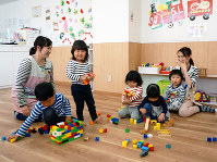 連休中も開所する兵庫県明石市の企業主導型保育所「もっちゃんくらぶ」。普段は他園を利用する親からも問い合わせがあるという=同市内で、反橋希美撮影