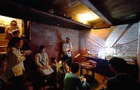築105年の京町家の地下室で開かれたライブ。ひんやりとした小さな空間に、クラリネットの音色が響いた=京都市中京区で、川平愛撮影