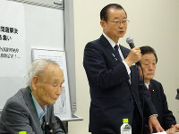 From left, Lee Hak-rae, former Chief Cabinet Secretary Takeo Kawamura and House of Councillors member Yukihisa Fujita participate in an emergency meeting held in Tokyo's Chiyoda Ward, on April 23, 2019. (Mainichi)