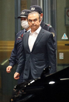 Carlos Ghosn leaves the Tokyo Detention House on April 25, 2019. (Mainichi/Masahiro Ogawa)