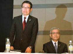 記者会見する井阪隆一セブン&アイ・ホールディングス社長(右)と永松文彦セブン-イレブン・ジャパ新社長