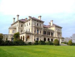 大邸宅は富裕層の象徴ともいえる(筆者提供)