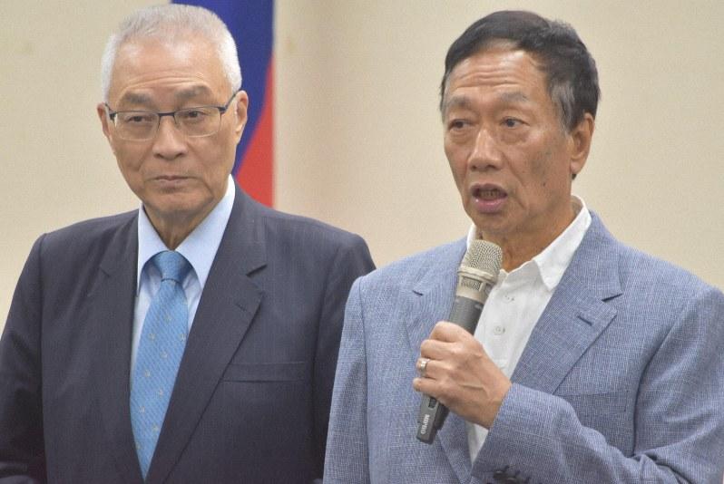 台湾総統選に向け、国民党の予備選への出馬を表明する鴻海の郭台銘会長(右)=台北市の国民党本部で2019年4月17日、福岡静哉撮影