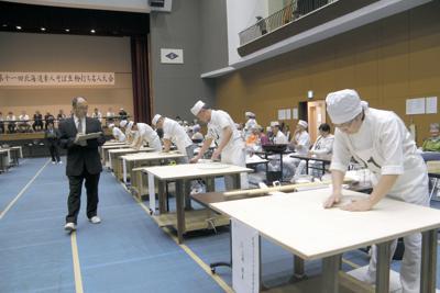 「第11回北海道素人そば生粉打ち名人大会」で、そば打ち技術を競う参加者。会場は北海道上砂川町体育センター