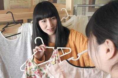 ハルちゃんに買ってあげた服を見せる内田美幸さん(左)=千葉県内で