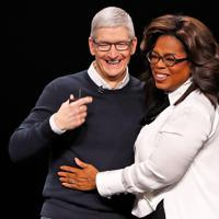 アップルのティム・クックCEO(左)=ロイター