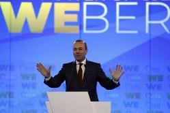 ギリシャのアテネで本格的な選挙運動のスタートとなる演説をするウェーバー欧州議員=4月23日、AP