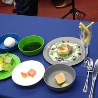 月で調達可能な食材で作った「月面ディナー」。上段中央の緑色のスープはミドリムシなどの藻類でできている=東京都中央区で2019年3月27日午後4時ごろ、斎藤有香撮影